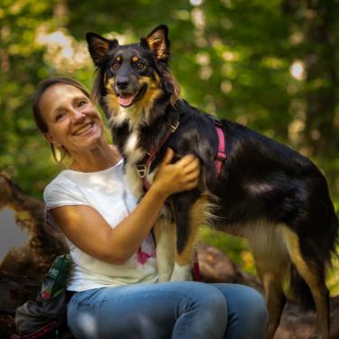 Sonja Rahm bietet bei Coach my Humans Rally O an. Selbst übt sie mit ihrer Aussie Hündin Abbi Treibball, Dogdance, Longieren, JAD Dog und Tricks.